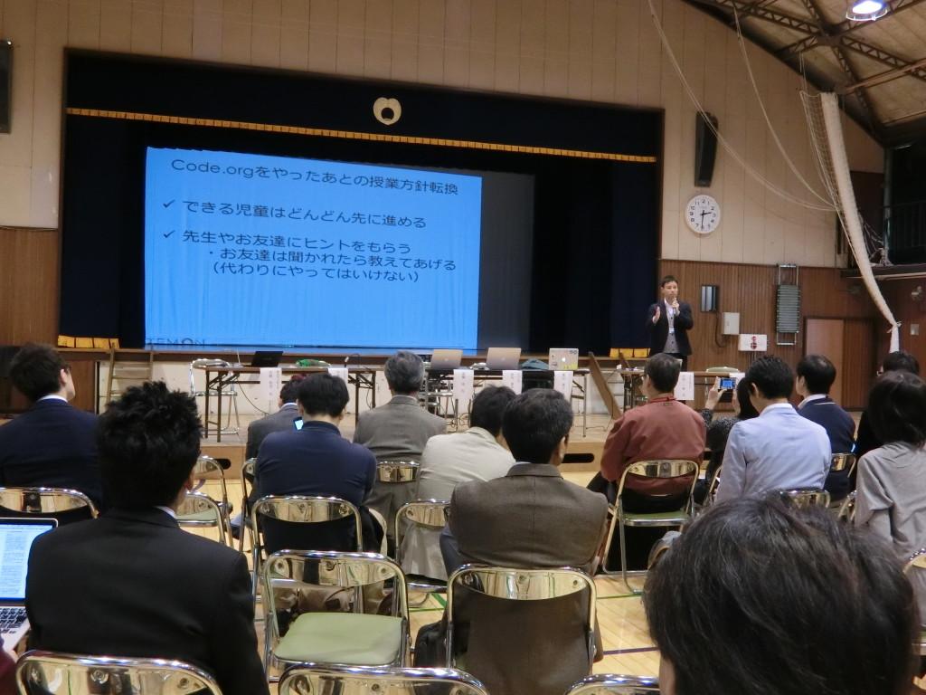 プログラミング授業15時間/年の実践報告をするステモン代表中村